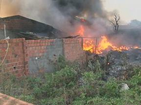 Incêndio destrói três casas no município de Feira de Santana - A causa do incidente foi uma mulher que botou fogo em um terreno, a fim de fazer a limpeza da área, e o fogo foi espalhado pela força do vento.