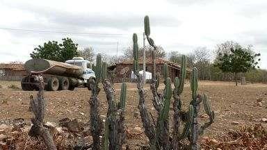População da Zona Rural reclama da falta de abastecimento de água de carros pipas - Crato e Santana do Cariri estão sem abastecimento de água.