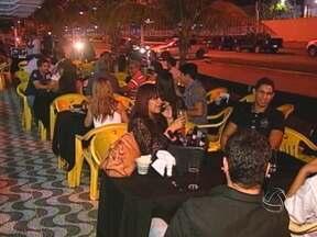 Horário de verão aumenta o movimento em bares e restaurantes em Rondonópolis - Depois do trabalho, no fim da tarde, muitas pessoas aproveitam o horário de verão e o calor para conversar com os amigos e se divertir, antes de ir para casa. É o happy hour que tem agitado os bares e restaurantes, em Rondonópolis.