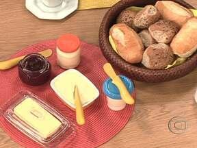 Geleia tem menos calorias que requeijão ou manteiga - Este acompanhamento do pão também não possui sódio, gorduras ou proteínas. O endocrinologista Alfredo Halpern ressalta que é importante incluir glicose no café da manhã.