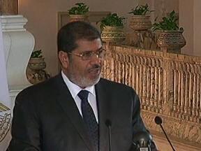 Presidente do Egito anuncia medidas que ampliam o próprio poder - Mohamed Mursi não poderá ter decisões questionadas pelo poder judiciário e proibiu qualquer tribunal de dissolver a assembleia responsável por escrever a nova constituição, considerada por muitos discriminatória contra mulheres e cristãos.