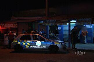 Criminoso morre durante tentativa de assalto, em Goiânia - Dois homens tentaram assaltar um comércio ontem à noite no Setor Pedro Ludovico. O dono, um policial militar aposentado, reagiu e atirou nos bandidos. Um deles morreu e o outro ficou ferido.
