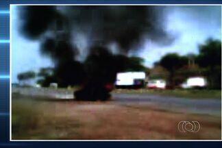 Kombi pega fogo na Avenida Perimetral, em Goiânia; veja as imagens - As cenas foram gravadas por um cinegrafista amador. A fumaça era vista de longe e os bombeiros chegaram e em poucos minutos controlaram o fogo.
