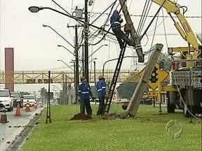 Acidente causa queda de energia - Um motorista perdeu o controle do veículo e bateu num poste na Avenida Tiradentes.