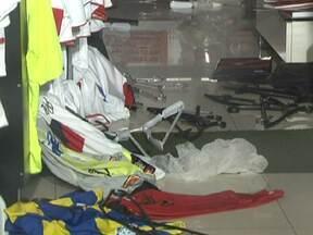 Loja de produtos licenciados do Flamengo é assaltada mais uma vez na 308-Sul - A loja de produtos licenciados do Flamengo, na 308-Sul, foi assaltada mais uma vez na madrugada de sábado (23). Foram dois assaltos em menos de uma semana.