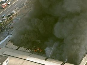 Incêndio destrói duas lojas e um depósito em São Gonçalo - Um incêndio destruiu duas lojas e um depósito de mercadorias em São Gonçalo. o local havia muito material inflamável, o que dificultou o trabalho dos bombeiros.
