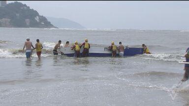 Barco com dois pescadores afunda em São Vicente - Marinha vai abrir inquérito para investigar as causas do acidente. Vítimas foram resgatadas e passam bem.
