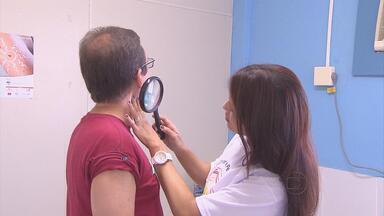 Sábado foi de sol, praia e prevenção no Recife - Dermatologistas fizeram campanha para prevenir o câncer de pele, tipo que tem maior incidência no Brasil.