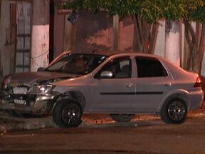 Bandido morre e ouitros dois são detidos depois de arrastão em Osasco - Um homem morreu, dois foram detidos e três fugiram. Eles fazem parte de uma quadrilha que roubava carros em Osasco. Segundo uma das vítimas, eles fecharam uma rua para fazer um arrastão.