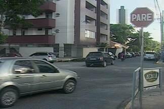 Moradores do Centro de Campina Grande reclamam da falta de sinalização em ruas do bairro - Segundo moradores, é comum ver acidentes em cruzamento de duas ruas.