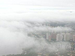 Nevoeiro complica funcionamento de aeroporto - O Aeroporto Santos Dumont ficou fechado em dois momentos na manhã desta terça-feira (27). A previsão é de mais chuva. As regiões Norte e Noroeste e parte da Serrana continuam em estágio de atenção.