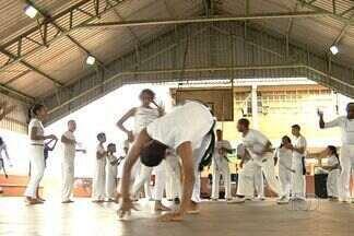 Grupo de Capoeira do Mestre Passo Preto usa esporte como inclusão social - Mestre goiano tem 70 anos e continua atuando na modalidade.