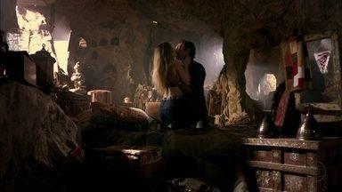 Bianca e Zyah ficam juntos na caverna - No Brasil, Stenio sofre com saudades da ex-noiva