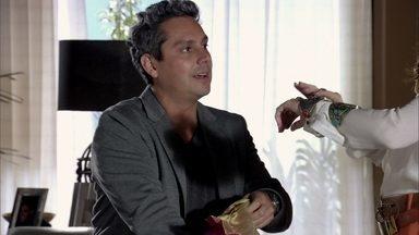 Stenio procura Helô - A delegada critica o ex-marido, mas acaba penalizada com a situação
