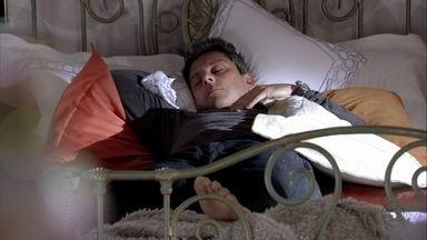 Stenio dorme na cama de Helô - A delegada conta a Maitê que o ex-marido a procurou assim que chegou da Turquia
