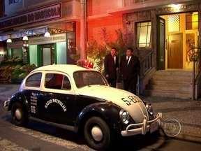 Iluminou? Pedrão e Jorginho vêem carros de polícia e muitas luzes! - Ao entrarem no apê, descobrem que o mestre das previsões roubou tudo deles!