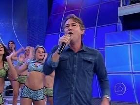 Nelson Freitas dá uma de cantor no Domingão - Nelson Freitas canta 'Sina', música do Djavan, acompanhado da bando Domingão