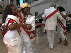 Dia Nacional do Samba reúne bambas na Bela Vista - Teve festa na sede da União das Escolas de Samba Paulistanas, na Bela Vista. Entre os convidados estava a embaixada do samba, que reúne sambistas de várias escolas da cidade. Eles aproveitaram o encontro para rever fotos antigas.
