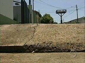 Moradores só querem reformar as calçadas se a rua for recapeada - A lei que exige um novo padrão nas calçadas está gerando polêmica em um bairro de Londrina, onde as ruas estão esburacadas.