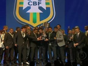 Fluminense é o destaque na premiação do Brasileirão 2012 - O artilheiro Fred saiu com três prêmios. No voto popular, o Craque da Galera foi Ronaldinho Gaúcho. O gol mais bonito do campeonato foi o de Neymar. Este ano, a votação contou com quase 900 jornalistas.