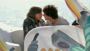 Malhação - Capítulo de terça-feira, dia 04/12/2012, na íntegra - Dinho pede para que Lia volte a namorá-lo