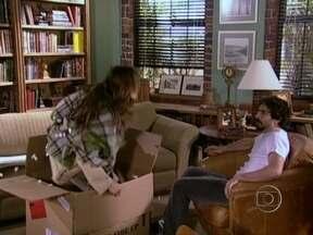 Novelão: Dentro de uma caixa, Sol vai parar na casa de Ed, em América - Assista à terceira parte da trama de Glória Perez