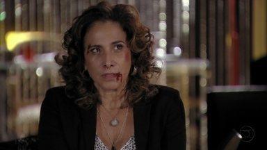 Wanda reclama da falta de atitude de Irina e Russo durante surra - Irina e Russo comemoram os tapas que Wanda levou e comentam que Morena merece até um tratamento diferenciado