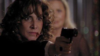 Wanda ameaça se vingar de Morena - Russo e Irina gostam de ver Wanda apanhando, mas apartam a briga. Wanda aponta uma arma para Morena e os seguranças da boate a levam à força para o depósito
