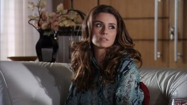 Helô implica com Lívia e descobre informações sobre Wanda - Ela estranha a relação da vilã com Haroldo e comenta com Maitê. Jô avisa à delegada que Adalgisa e Djanira são a mesma pessoa