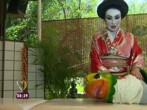 Louro José ganha massagem, aprende a comer sushi e faz aula de japonês - Papagaio está fazendo tudo direitinho para ver seu Timão no Japão