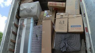 Polícia descobre galpão de produtos roubados e prende duas pessoas em PE - No depósito, em Jaboatão, Grande Recife, foram apreendidos pneus, peças automotivas, materiais hospitalares e eletrodomésticos. Outros suspeitos estão sendo procurados.