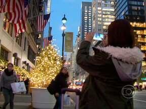 Decoração de vitrines de Natal em Nova York atrai turistas do mundo inteiro - Algumas lojas são tão disputadas que os comerciantes usam correntes para organizar a fila. Sete mil pessoas por hora passam em frente da maior loja de departamentos do mundo.