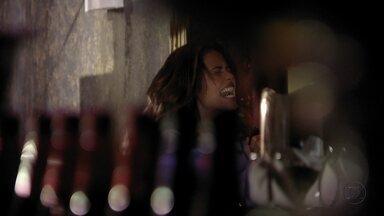 Morena não consegue abrir a porta do cativeiro e fica furiosa - Mesmo desconfiada, Irina entrega as chaves para ela