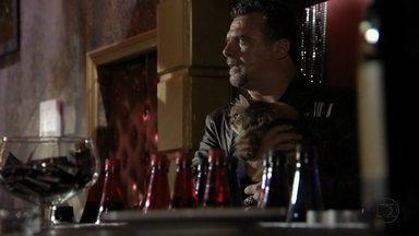 Russo fica desconfiado ao ver que falta comida no bar do bordel - Morena se esconde e fica apreensiva ao ver Russo