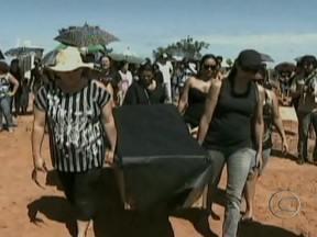 MT: Agricultores protestam contra decisão da Justiça de devolver terras aos xavantes - Durante o final de semana, agricultores de Alto da Boa Vista e de São Félix do Araguaia protestaram contra decisão que devolveu a terra onde moram aos índios xavantes. O prazo para desocupar a área já acabou.