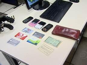 Dois rapazes ficam feridos em tiroteio com a PM em São Gonçalo - De acordo com a polícia, eles foram baleados depois de praticarem vários assaltos na região. Outros dois, que acompanhavam os bandidos, também foram presos. Duas armas e vários objetos roubados foram apreendidos.