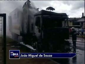 Telespectadores registram transtornos na BR 277 - Um caminhão em chamas e uma carreta tombada no acostamento. Não houve feridos