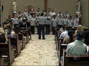 Vozes de Itu faz peregrinação de Natal há 30 anos - Há mais de 30 anos, o coral Vozes de Itu mantém uma tradição no mês de Natal: o grupo percorre igrejas, asilos e museus. É a Peregrinação de Natal, um projeto que leva a música de graça para a população.