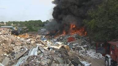 Incêndio atinge empresa de tratamento de lixo, em Manaus - Um incêndio considerado de média proporção foi registrado na tarde deste domingo (9) em uma empresa de tratamento e triagem de resíduos sólidos localizada na Estrada dos Franceses, Zona Centro-Oeste de Manaus.