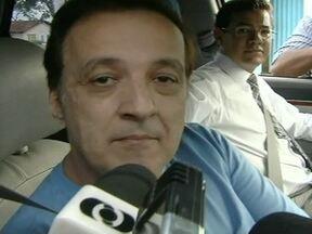 Beneficiado por habeas corpus, Carlinhos Cachoeira deixa prisão de Goiás - Benefício foi concedido pelo desembargador Tourinho Neto, do Tribunal Regional Federal, em Brasília. Acusado foi libertado do fim da tarde, depois de quase nove meses preso, e pouco mais de duas semanas de liberdade, ele voltou a ser preso na sexta.