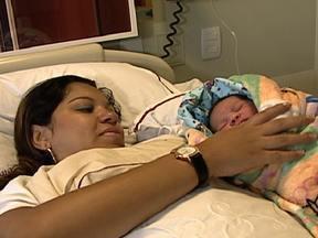 Maternidades lotam nesta quarta 12/12/2012 - A data desta quarta-feira (12) provocou movimento intenso nas maternidades. No Rio, uma delas teve que limitar o número de cesarianas. Normalmente, são 30 por dia. Nesta quarta, foram 50. Todo mundo querendo dar à luz no dia 12/12/2012.