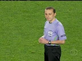 Cuneyt Cakir é o árbitro que vai apitar a partida da final do Mundial de Clubes - Turco de 36 anos, é o mais experiente entre os juízes que estão apitando no campeonato.