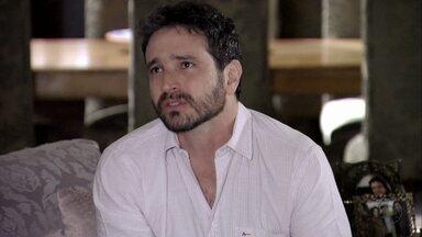Celso comenta com Arturo sua desconfiança com a empresa de Antonia - O pai se preocupa. Enquanto isso, na Turquia, Morena protege Jéssica de Wanda e promete vingança