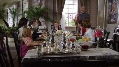 Leonor conversa com a família sobre a herança - Ela pede para cada um fazer uma lista com o que quer receber de herança. A senhora se diverte e conversa com Thompson.