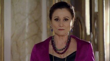 Berna descobre que Stenio e Helô ficarão hospedados em sua casa - Ela fica nervosa quando Fatma avisa que foi chamada por Mustafa para arrumar a casa para receber a delegada e o advogado