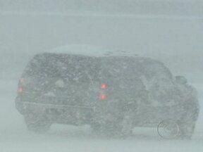 Treze estados americanos sofrem com fortes nevascas - No Colorado a neve atingiu 13 centímetros de altura. Algumas estradas já estão fechadas. Os americanos estão correndo para os supermercados para abastecer de alimentos e bebidas. A previsão é de neve em Nova York durante o Natal.