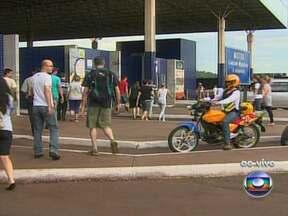 Fronteira entre Brasil e Paraguai tem dois quilômetros de engarrafamento - Cerca de 1,2 mil carros trafegam entre os dois países por hora. As pessoas também estão cruzando a fronteira a pé. Os produtos comprados no Paraguai precisam ser declarados na Receita Federal.