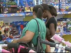 Brinquedos da moda já estão em falta nas lojas - Embora os estoques sejam grandes, alguns pais já não encontram os pedidos dos filhos.