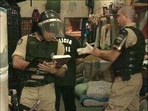 Policiais de Umuarama fazem bate grade na cadeia da cidade - Os policiais encontraram 22 aparelhos celulares e 5 brocas dentro das celas.