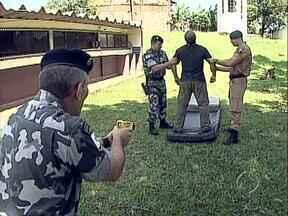 Policiais militares estão em treinamento para dar início ao uso de arma de choque - O taser é o novo equipamento da PM que deve ajudar no reforço da segurança nas ruas.